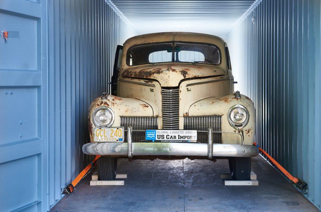 verzurrtes Auto im Container
