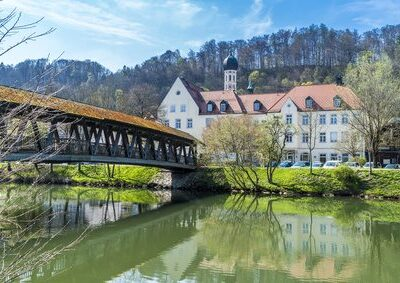 Sebastianisteg führt über die Loisach in die Altstadt von Wolfratshausen