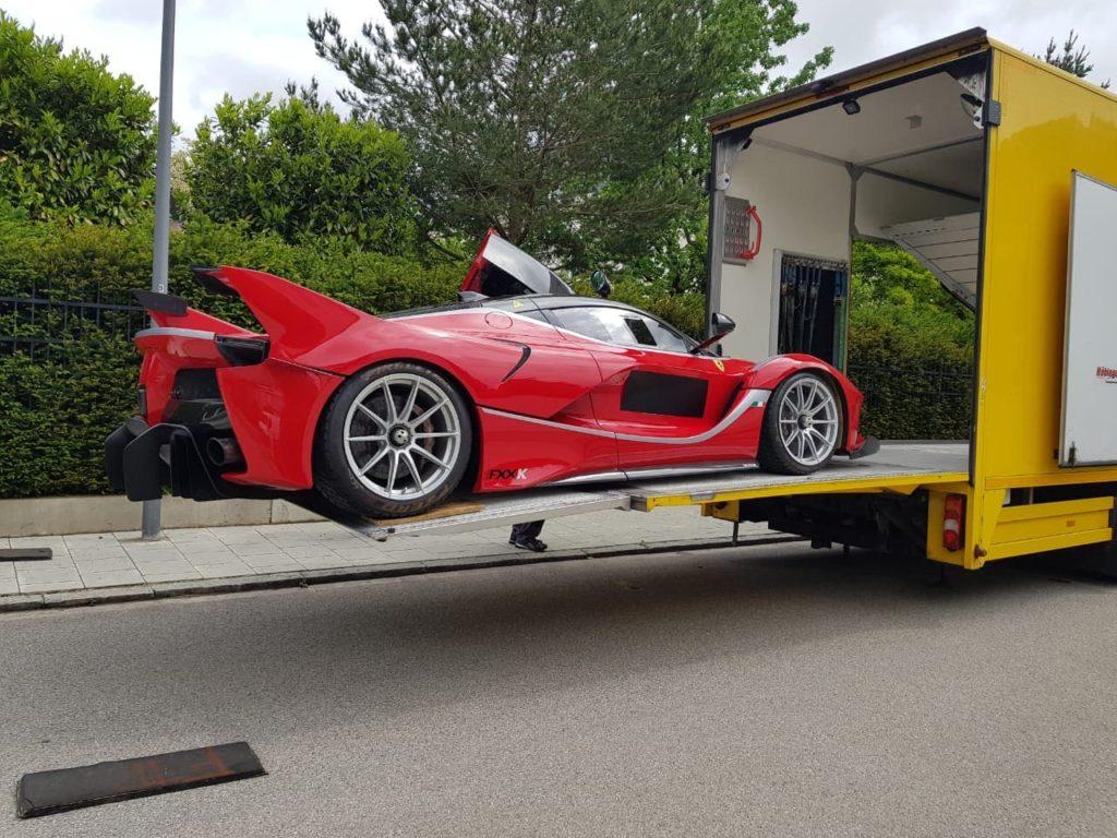Aufladen Ferrari im LKW